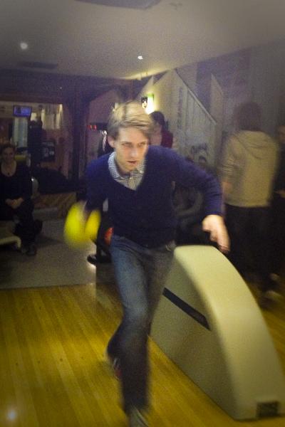 Ehrgeizige Männer beim Bowling.