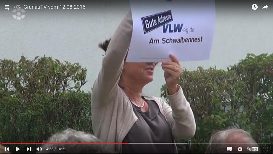 Iris Palme von der Agentur enders erläutert Wohnmarke für Leipziger Genossenschaft vor Mitgliedern